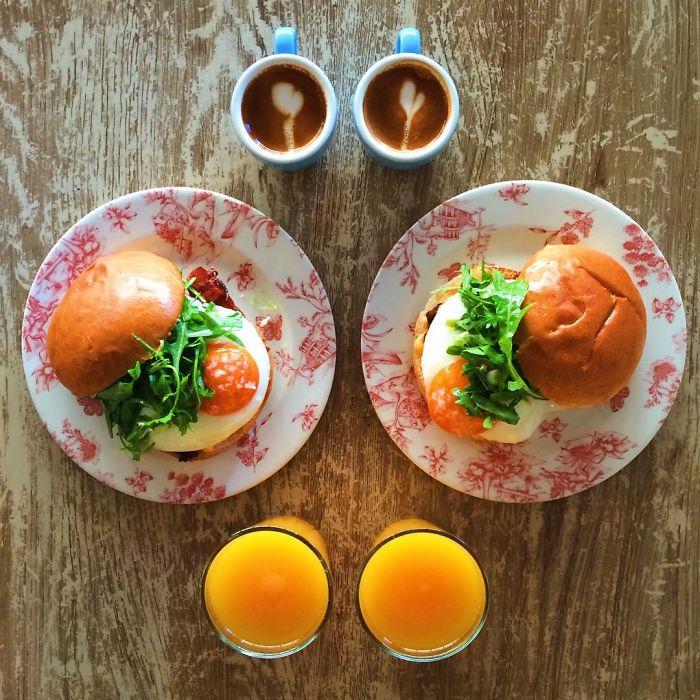 Desayuno de dos tortas simétricas a dos tazas de café con dos vasos de jugo