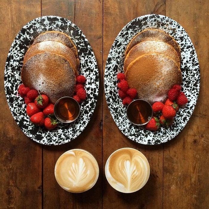 Platillo de hot cakes con fresas simétrico a dos tazas de café