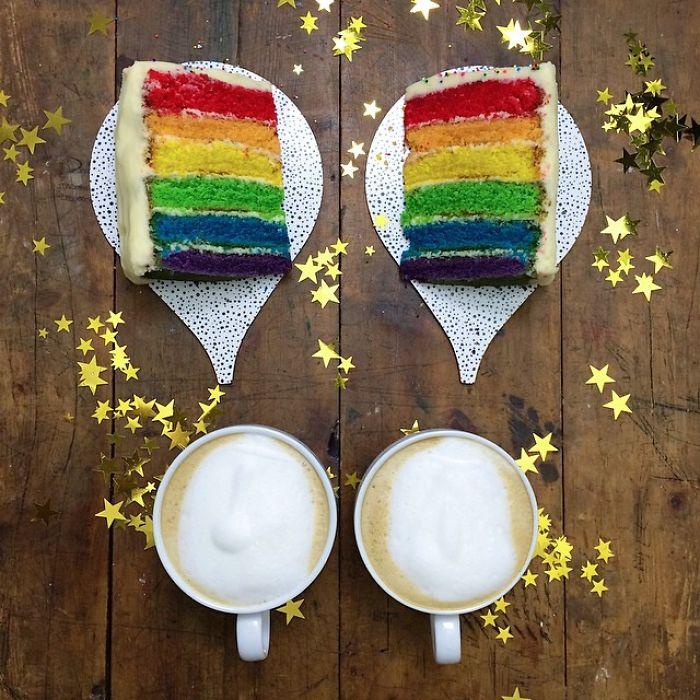 Dos trozos de pastel de colores simétricos a dos tazas de café