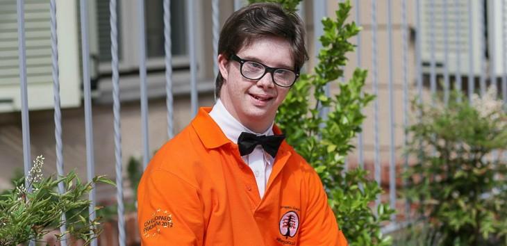 chico empleado con síndrome de down en un hotel de Italia