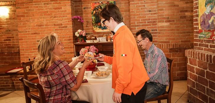 Empleado con síndrome de Down atendiendo en el restaurante del hotel Albergo Etico