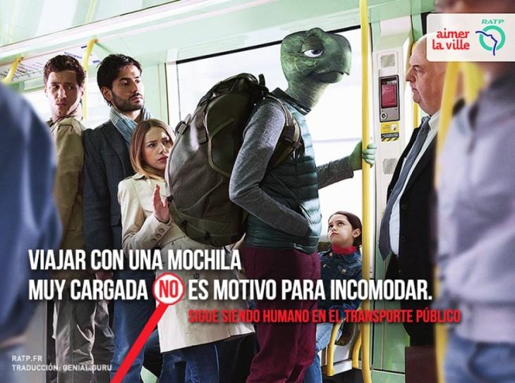 publicidad de una tortuga con una gran mochila arriba de un autobús