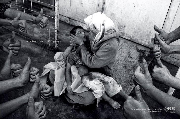 manos alrededor de una mujer que tiene a su hijo en los brazos