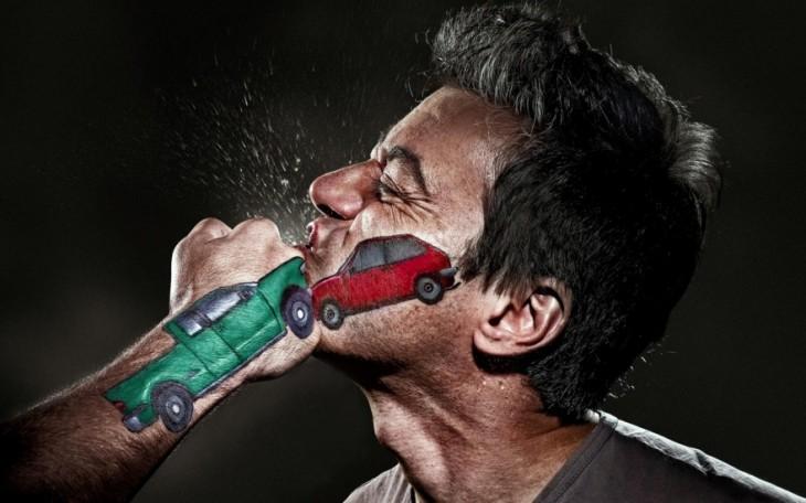 hombre recibiendo un golpe en la cara con el diseño de dos autos