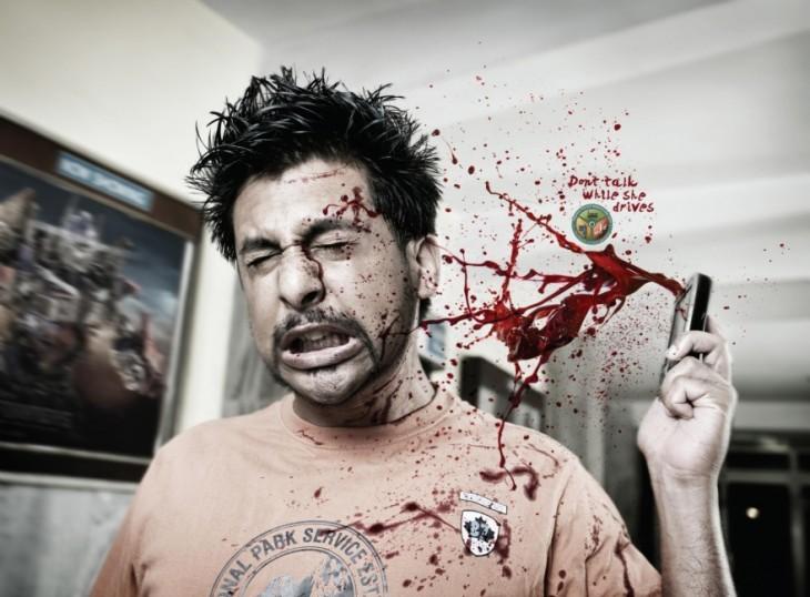 hombre hablando por celular mientras se salpica de sangre
