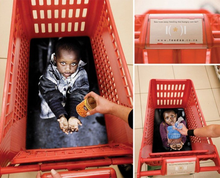 Carrito de super con el diseño de dos niños pobres simulando que están a punto de recibir comida
