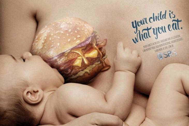 Publicidad de una mujer amamantando a su bebé con un pecho en forma de hamburguesa