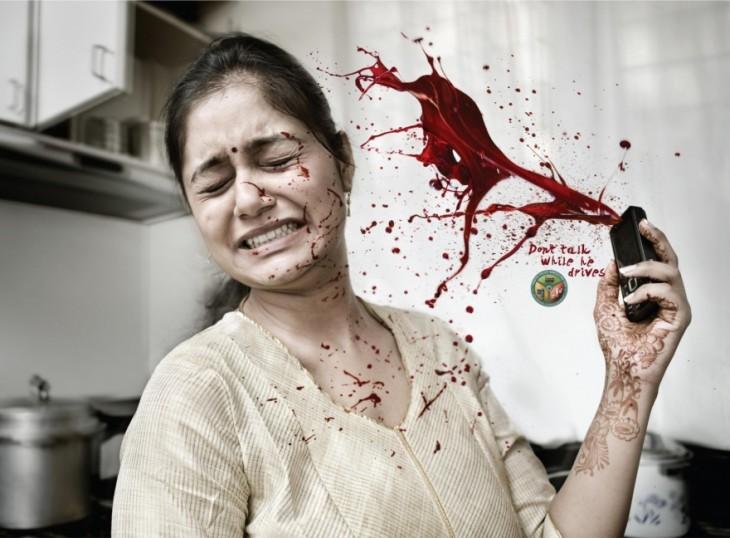 Publicidad de una mujer con un celular en la mano y salpicándose de sangre