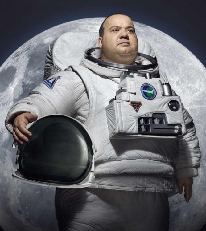 Publicidad de un hombre astronauta obeso