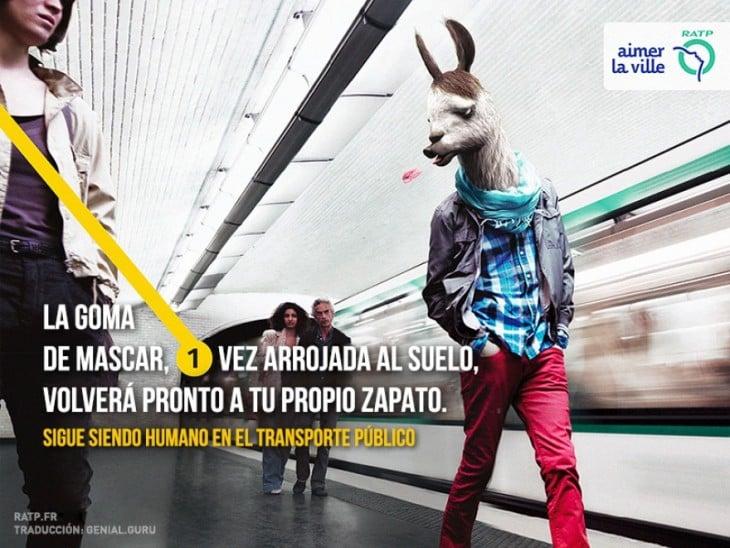publicidad donde una yama esta escupiendo un chico en un transporte público