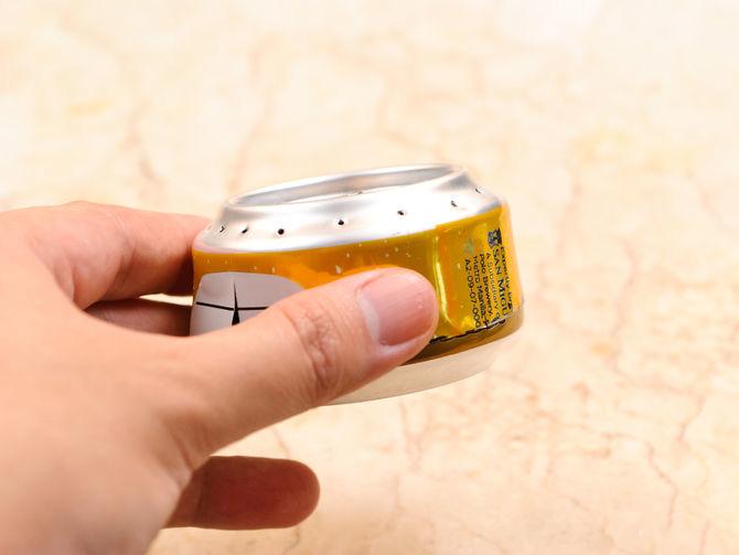 dos mitades de lata unidos en una mano