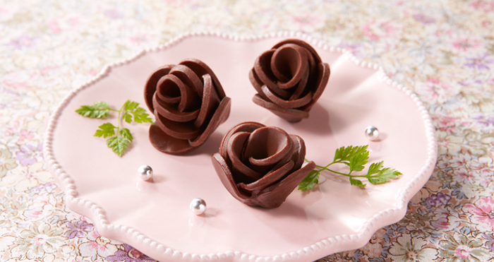 rosas de chocolate hecho con rebanadas de chocolate