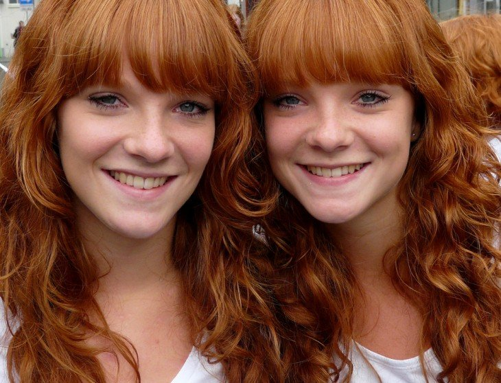 Dos chicas gemelas que tienen el cabello pelirrojo