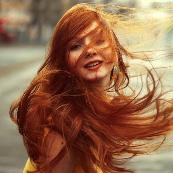 fotografía de una chica pelirroja jugando con su cabello