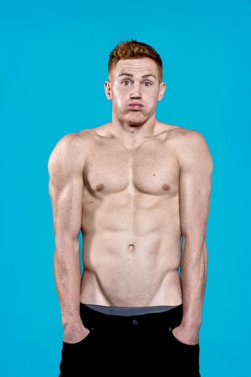 Hombre pelirrojo musculoso sin camisa