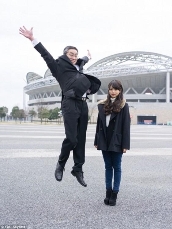 papa saltando junto a su hija apenada y seria