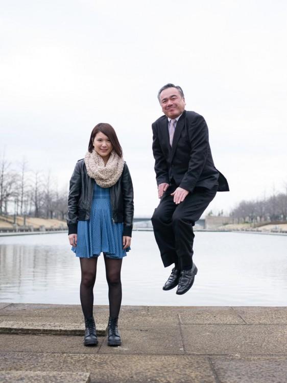 papa saltando con su hija de vestido azul a un lado