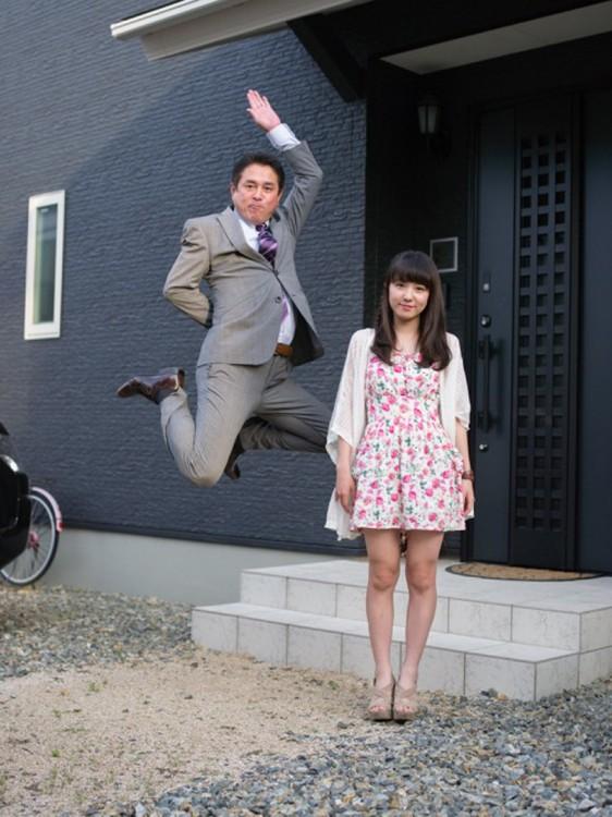 padre saltando junto a su hija pero parece que le va a partir la cabeza