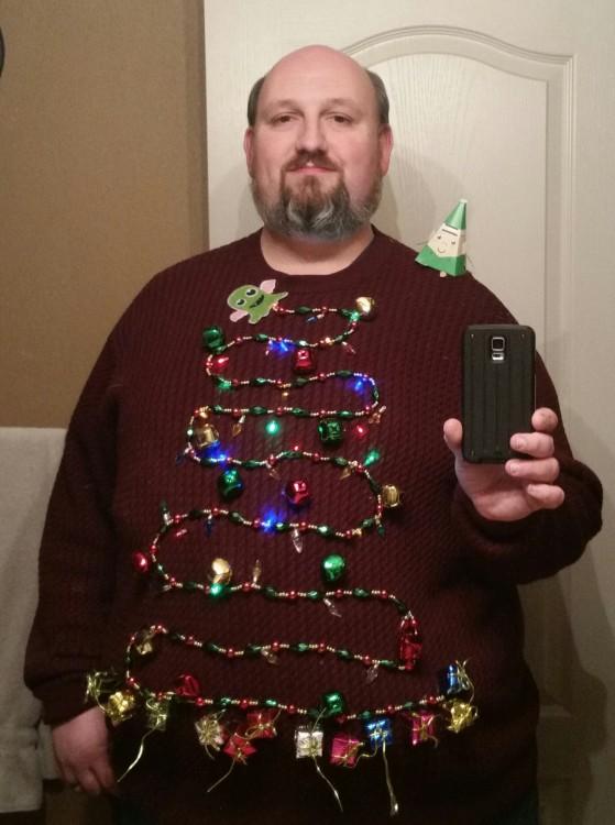 hombre con arbol de navidad en su sueter