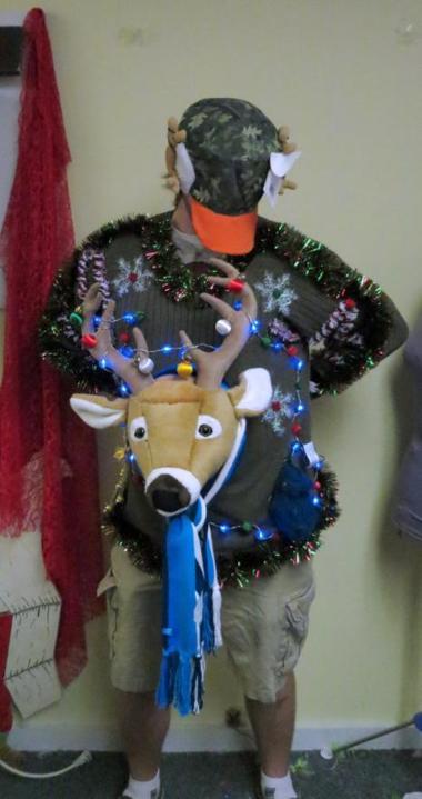 suéter de reno azul como si fuera un títere