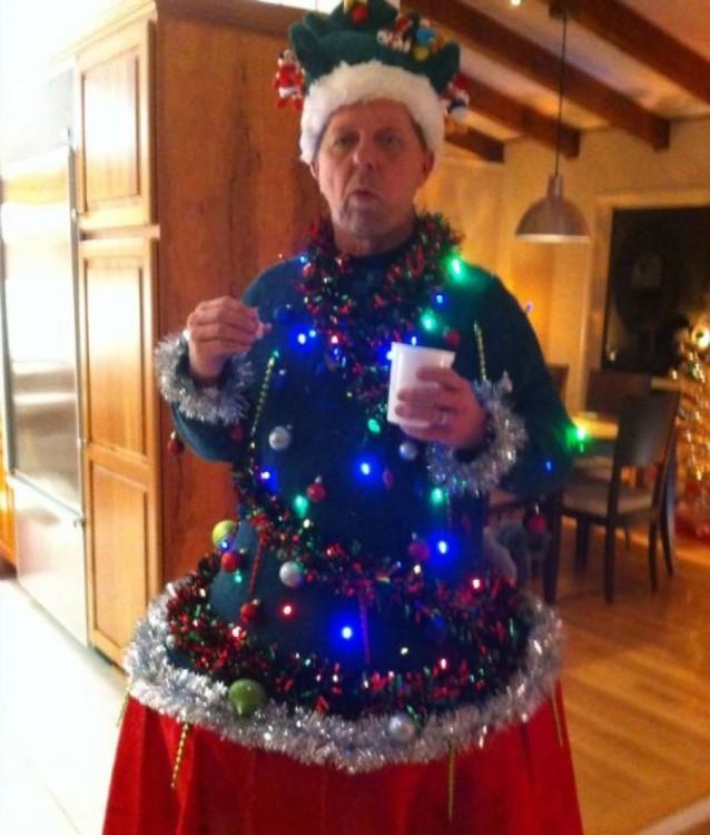 señor que se vistió todo de navidad completamente parece lámpara