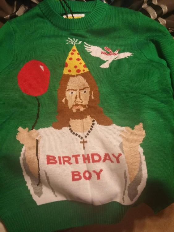 el suéter de jesus como el cumpleañero de la temporada