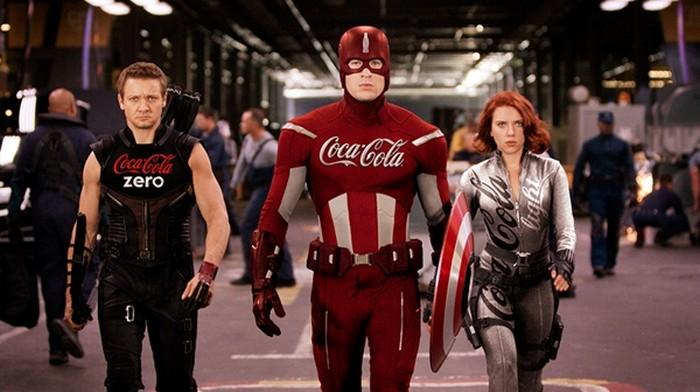 Ojo de halcón, capitán américa y la viuda negra con uniformes patrocinados por la Coca-Cola