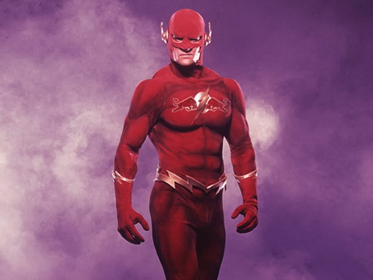 Uniforme de Flash en color rojo patrocinado por la marca RedBull