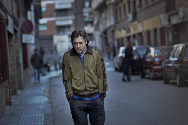 Personaje de la película Beatiful caminando con las manos en los bolsillos