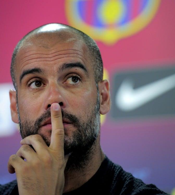 Josep Guardiola tocándose la nariz con un dedo