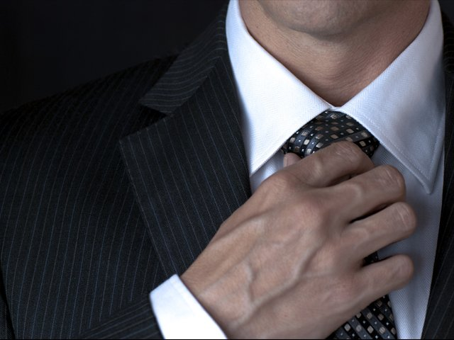 ajustar el nudo de la corbata