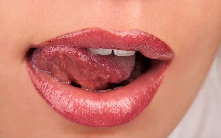 boca mordiendo un labio con todo y lengua