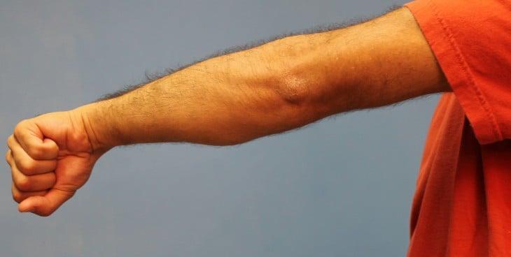 Brazo de un hombre con el puño cerrado