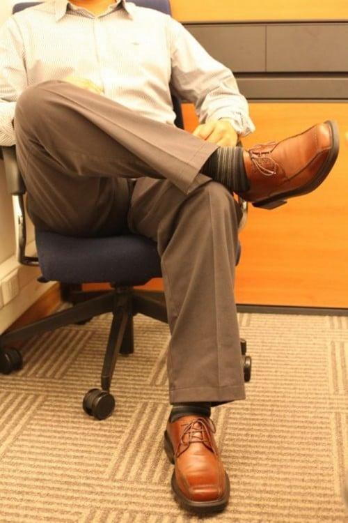 hombre sentado cruzando una pierna