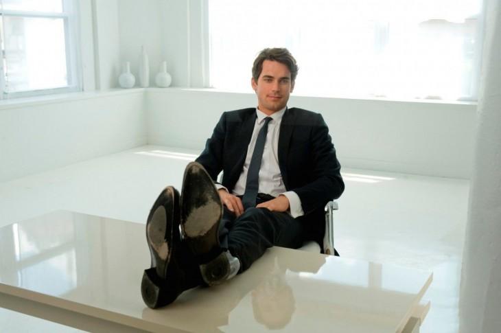 hombre sentado en una silla con los pies sobre la mesa