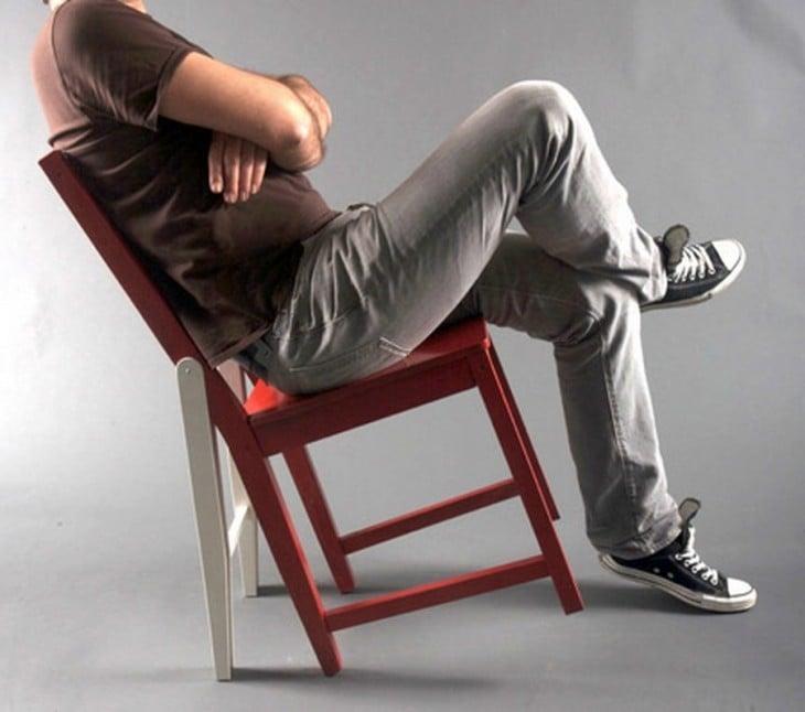 chico sentado hacia atrás en una silla