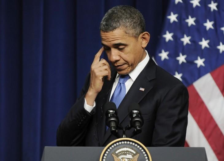 Barack Obama rascándose un ojo