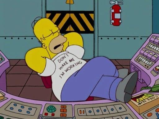 Homero Simpson sentado en la planta nuclear