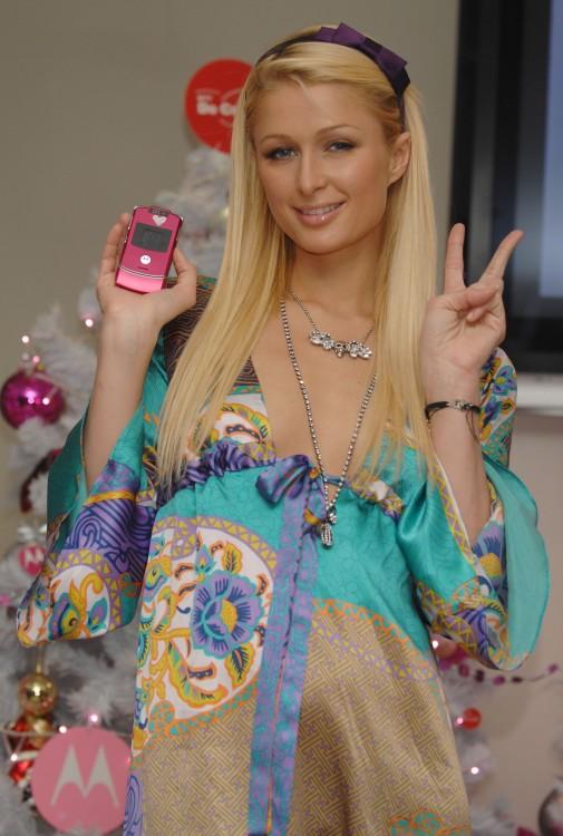 Paris Hilton con su Motorola RAZR rosa