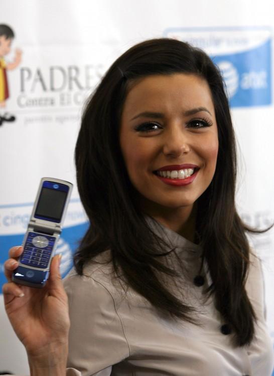 Eva longoria con su Motorola KRZR