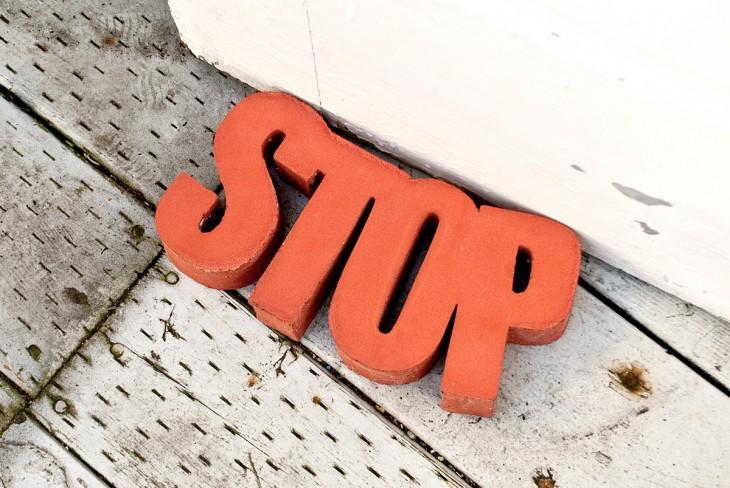 topapuerta con la palabra stop
