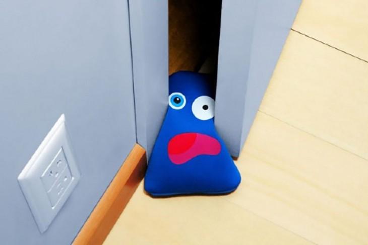 atrapa puertas de muñequito azul