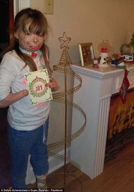 zafiro frente al arbol navideño en el quese habran de colgar las postales que ha recibido