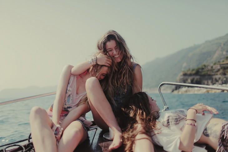 amigas platicando en un barco recondortadas