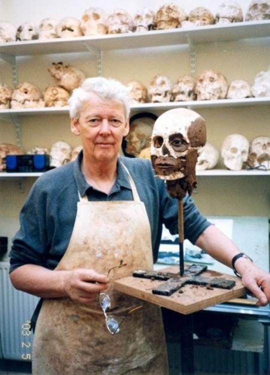 Richard Neave con un verdero esqueleto
