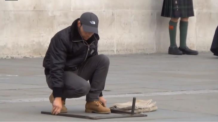 artista callejero preparando su show