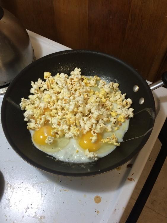 huevo con palomitas