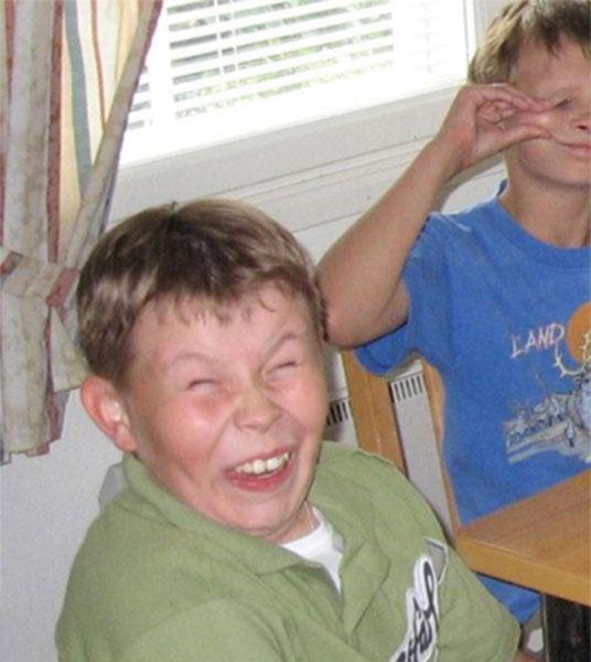 niño haciendop caras con los dientes de fuera