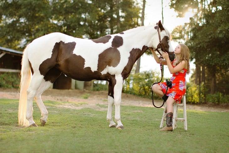 caballo raza paint con manchas y su dueña