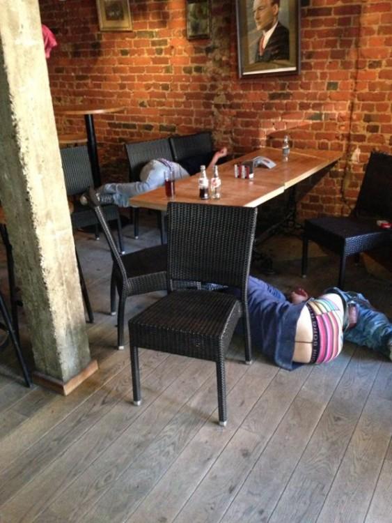 amigos dormidos en la mesa borrachos